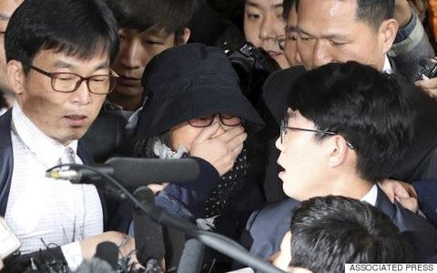 Bà Choi Soon-sil che mặt khóc trước đám đông phóng viên có mặt bên ngoài văn phòng công tố Seoul. Ảnh: AP