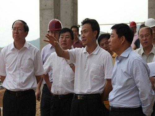 Khương Chu (người giơ tay) khi còn đương chức