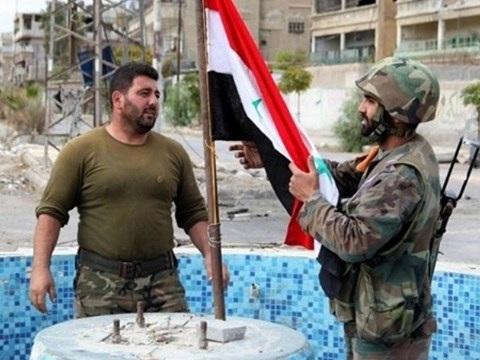 Binh sĩ quân đội Syria cắm cờ tại ngã tư Maqralmir, sau khi họ giành lại quyền kiểm soát khu vực này