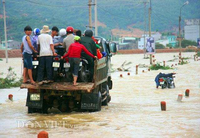 Bình Định: Dân sợ băng dòng lũ, xe tải kiếm tiền triệu mỗi ngày - 1