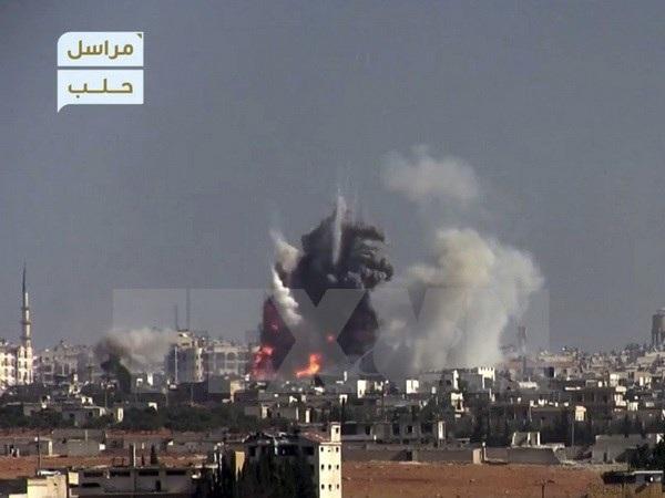 Khói bốc lên sau một vụ đánh bom liều chết nhằm vào vị trí quân đội Chính phủ ở phía Tây Aleppo, Syria ngày 3/11. (Nguồn: AP/TTXVN)