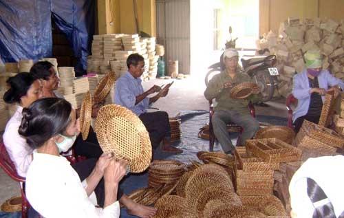 Một buổi thực hành làm nghề mây tre đan tại xã Yên Trung (Chương Mỹ, Hà Nội). Ảnh: Minh Nguyệt
