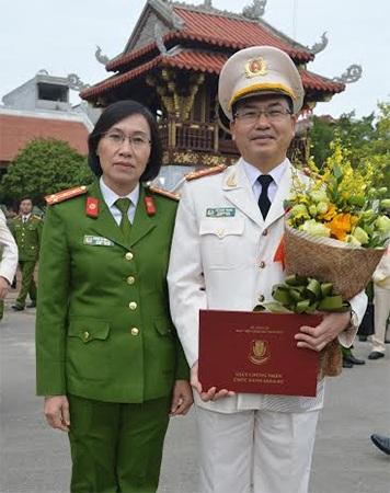 Đại tá, GS.TS Bùi Minh Trung và người bạn đời – Đại tá, PGS.TS Hoàng Thị Bích Ngọc trong ngày nhận quyết định bổ nhiệm chức danh GS tại Học viện CSND.