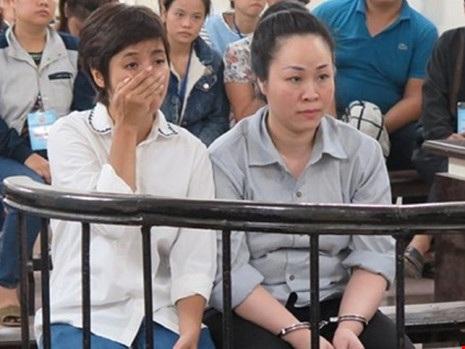 Lê Thị Bích Hạnh (bìa trái) cùng đồng phạm tại tòa.