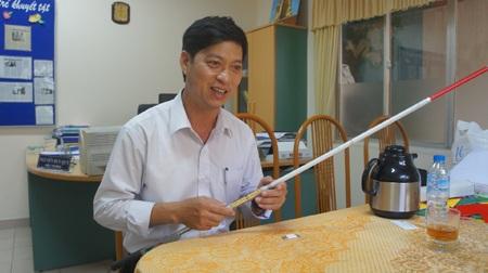 Thầy Nguyễn Duy Quy với chiếc gậy dò đường thông minh dành cho người khiếm thị. Ảnh: VGP/Minh Trang