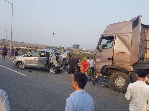 Hiện trường vụ tai nạn thảm khốc trên cao tốc Hà Nội-Thái Nguyên khiến 10 người thương vong - Ảnh: Otofun