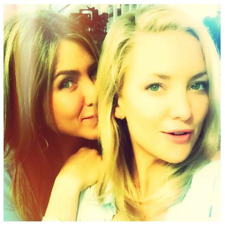 """Jennifer Aniston và Kate Hudson cực kỳ tình cảm trên phim trường bộ phim """"Mother's day"""", Kate Hudson còn vui vẻ khoe trên trang Instagram rằng """"một quý cô tuyệt đẹp"""" đang tựa đầu lên vai mình"""