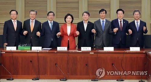 8 ứng viên tổng thống tiềm năng của phe đối lập tại cuộc thảo luận về vụ bê bối chấn động Hàn Quốc hôm 20-11 Ảnh: Yonhap