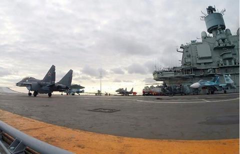 Tiêm kích MiG-29K hạ cánh thành công trên tàu sân bay.