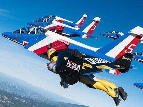 Phi công Rossy bay biểu diễn với máy bay của Pháp