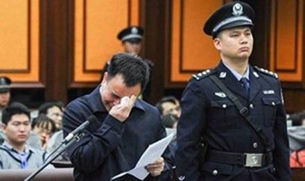 Bí thư Quảng Châu Vạn Khánh Lương khóc trước tòa.