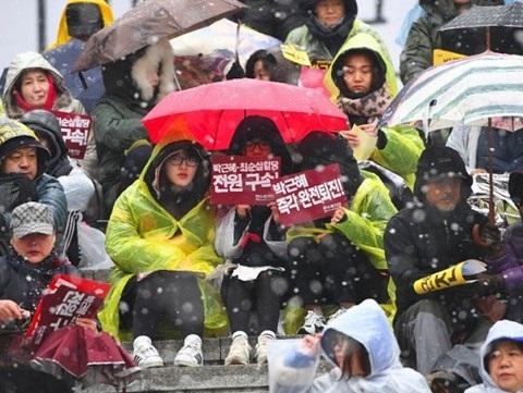 1,3 triệu người Hàn Quốc đội mưa tuyết đòi tổng thống từ chức - 1