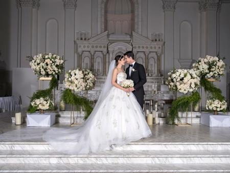 """Sự kết hợp giữa nam diễn viên phim """"Flash"""" Robbie Amell và nữ diễn viên phim """"Designated survivor"""" Italia Ricci đã nhận được sự ủng hộ nhiệt tình từ người hâm mộ. Trong hôn lễ tổ chức hôm 15/10 vừa qua tại Los Angeles, 180 khách mời đã tề tựu đông đủ và gửi những lời chúc phúc chân thành tới cô dâu – chú rể."""