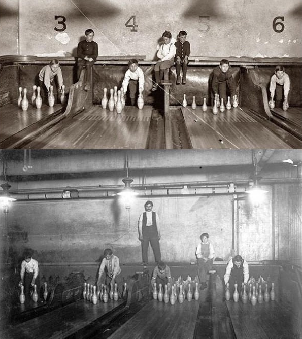 Môn bowling thời sơ khai chưa có máy móc hiện đại nên cần đến những người làm nhiệm vụ sắp xếp lại các chai gỗ.