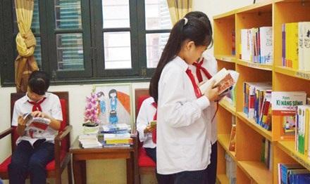 Học sinh Trường THCS Chu Văn An đến phòng tham vấn tâm lý đọc sách kỹ năng sống. (Ảnh: N.H)