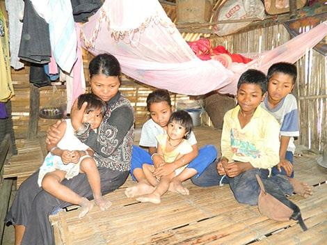 Chị Hờ Riu và các con, cháu sống trong nghèo đói vì hủ tục thách cưới.