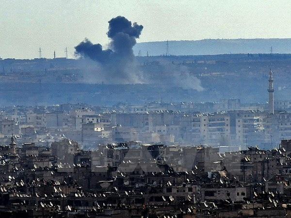 Khói bốc lên trong các cuộc giao tranh giữa quân đội Chính phủ Syria và lực lượng nổi dậy ở ngoại ô Aleppo ngày 3/12. (Nguồn: AFP/TTXVN)