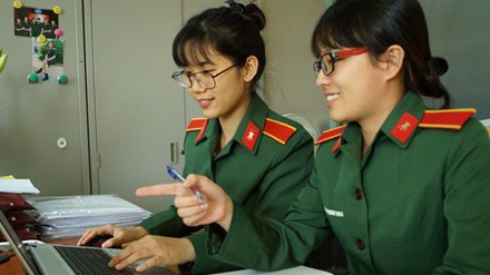 Kim Thoa (phải) và Thu Trang đang trao đổi về một đề tài nghiên cứu khoa học. Ảnh: Nguyễn Minh