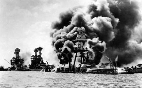Ba chiến hạm Mỹ trúng bom từ máy bay Nhật tấn công Trân Châu Cảng. Ảnh: AP.