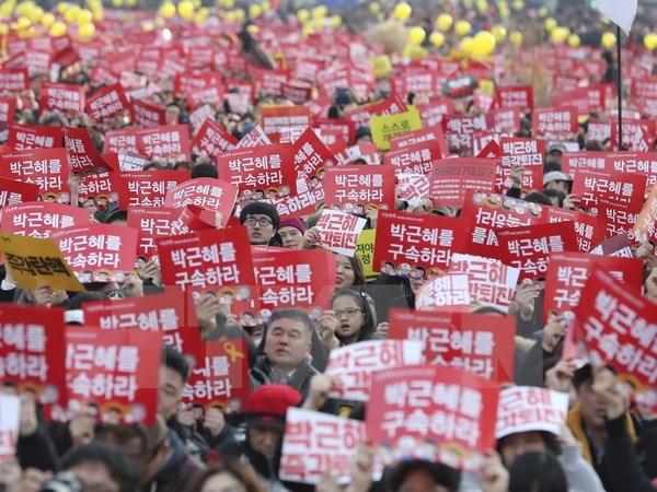 Biểu tình kêu gọi Tổng thống Park Geun-hye từ chức tại thủ đô Seoul. (Nguồn: AP/TTXVN)