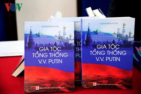 """Cuốn sách """"Gia tộc Tổng thống V.V.Putin""""."""