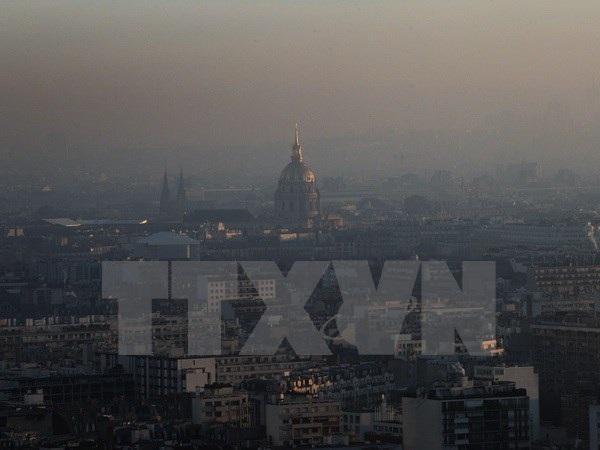 Khói bụi bao phủ thủ đô Paris ngày 6/12. (Nguồn: AP/TTXVN)