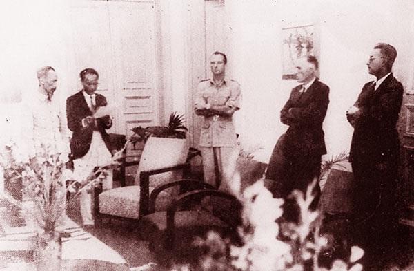 Chủ tịch Hồ Chí Minh và Sainteny (đứng giữa) đại diện Chính phủ Pháp cùng đại diện các nước Đồng minh nghe đọc văn bản Hiệp định Sơ bộ ngày 6-3-1946 trước khi ký kết. Ảnh: Nguyễn Bá Khoản