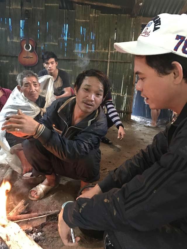 Ông Phú (ngồi giữa) đang kể lại chuyện thoát chết của mình.