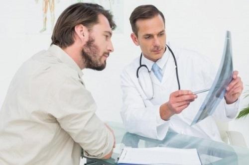 Khi có dấu hiệu giảm thị lực, mọi người nên tới bệnh viện kiểm tra