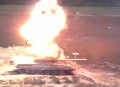 Khoảnh khắc đạn tên lửa TOW bắn trúng chiếc T-72.