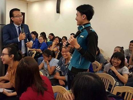 Một sinh viên trao đổi với ThS Đào Lê Hòa An về chuyện sống ảo của các bạn trẻ. Ảnh: Hồng Minh