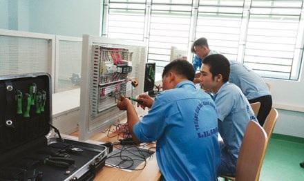 """Chỉ thị số 10 của Bộ Chính trị đặt mục tiêu: """"Phấn đấu đến 2020, có 30% số học sinh trung học phổ thông (THPT) đi học nghề"""". (Ảnh: Nguyễn Dũng)"""