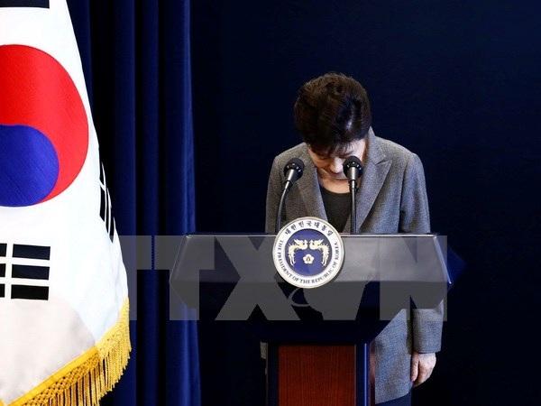 Tổng thống Park Geun-hye xin lỗi người dân trong bài phát biểu trực tiếp trên truyền hình về vụ bê bối chính trị liên quan đến người bạn thân Choi Soon-sil, tại Seoul ngày 29/11. (Nguồn: EPA/TTXVN)