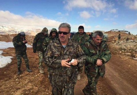 Sĩ quan chỉ huy sư đoàn cơ giới số 4 quân đội Syria trên chiến trường ngoại ô Damascus.
