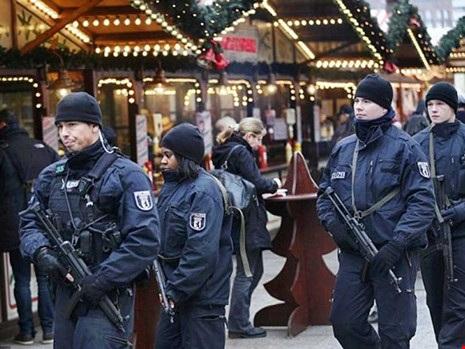 Cảnh sát tăng cường bảo vệ tại Berlin trong mùa Giáng sinh. Ảnh: REUTERS