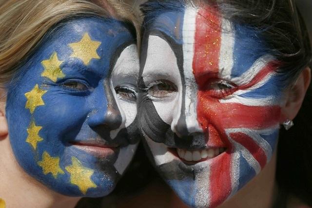 Hai phụ nữ tham gia cuộc tuần hành phản đối Anh rời EU tại London (Ảnh: Reuters)