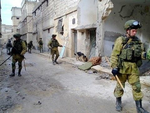 Lính công binh Nga đang rà phá bom mìn ở đông Aleppo