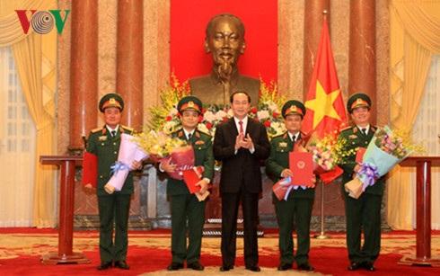 Chủ tịch nước Trần Đại Quang trao Quyết định thăng quân hàm cho 4 sĩ quan quân đội