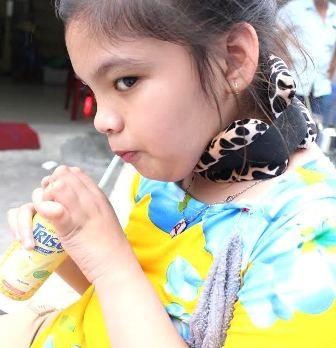 Bé Thanh Tuyền lần đầu tiên có thể tự tay cầm cốc uống nước sau khi được ghép tế bào gốc.