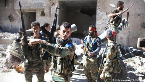Quân đội chính phủ Syria tuyên bố giành quyền kiểm soát khu trại tị nạn Palestine bị bỏ hoang ở Handarat, miền Bắc Aleppo, vào ngày 24/9. Song lực lượng phiến quân cho biết đã giành lại cứ điểm này. Ảnh: AFP/Getty Images