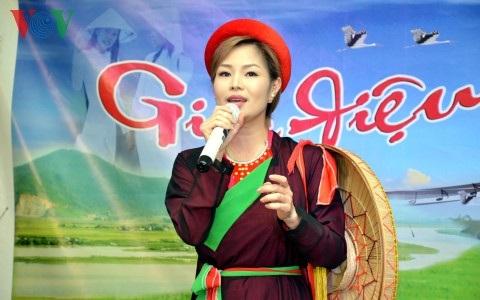 Ca sĩ Ly Ly hát bài Lóng lánh dân ca Quan họ Bắc Ninh.