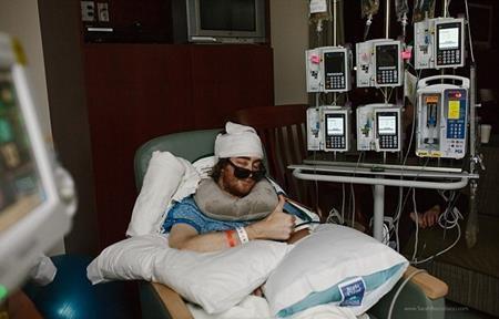 Cagney mới trải qua 3 ca phẫu thuật não và đang nằm trong phòng chăm sóc đặc biệt