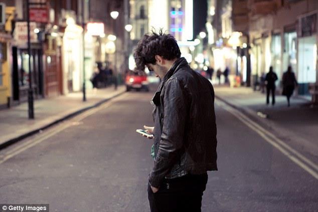 Gần 50% số người trẻ có nguy cơ rủi ro tới tính mạng do sử dụng điện thoại di động khi tham gia giao thông tại Anh (ảnh minh họa)