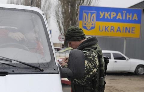 Biên phòng Ukraine kiểm tra giấy tờ người dân qua lại biên giới với Nga. Ảnh: ITAR-TASS