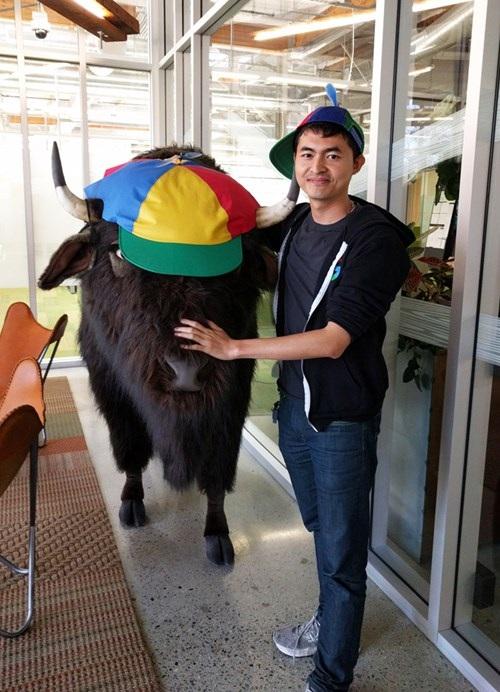 Anh Minh và con bò đội mũ Google tại Googleplex.