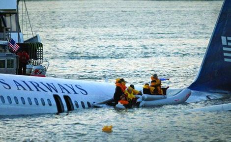 Cơ trưởng Sully là một trong những người cuối cùng lên xuồng cứu sinh.