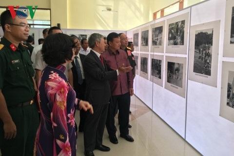 Đại sứ Nguyễn Mạnh Hùng (áo vest đen) Bí thư, Tỉnh trưởng Savannakhet Xantiphap Phomvihane (áo tím) tại cuộc triển lãm.