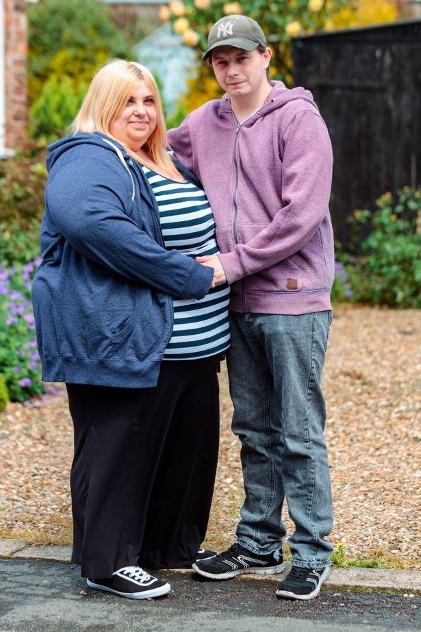 Hai vợ chồng Defiant Sarah. (Nguồn: mirror.co.uk)