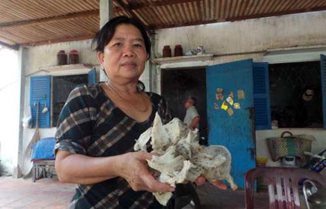 Bà Vũ Thị Tuất - Nông dân xuất sắc tỉnh Bình Dương khoe sản phẩm tổ yến với phóng viên.