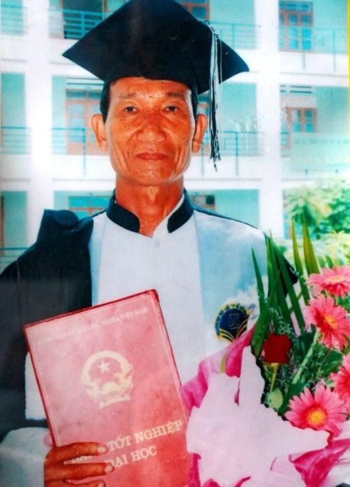 Ông Lương Tuyển nhận bằng cử nhân luật, tháng 7/2010.